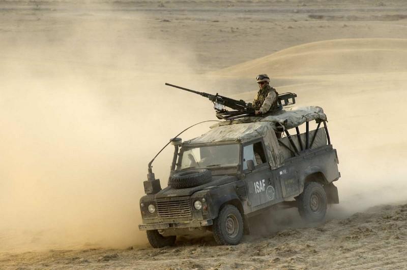 Военный автомобиль land rover defender photo